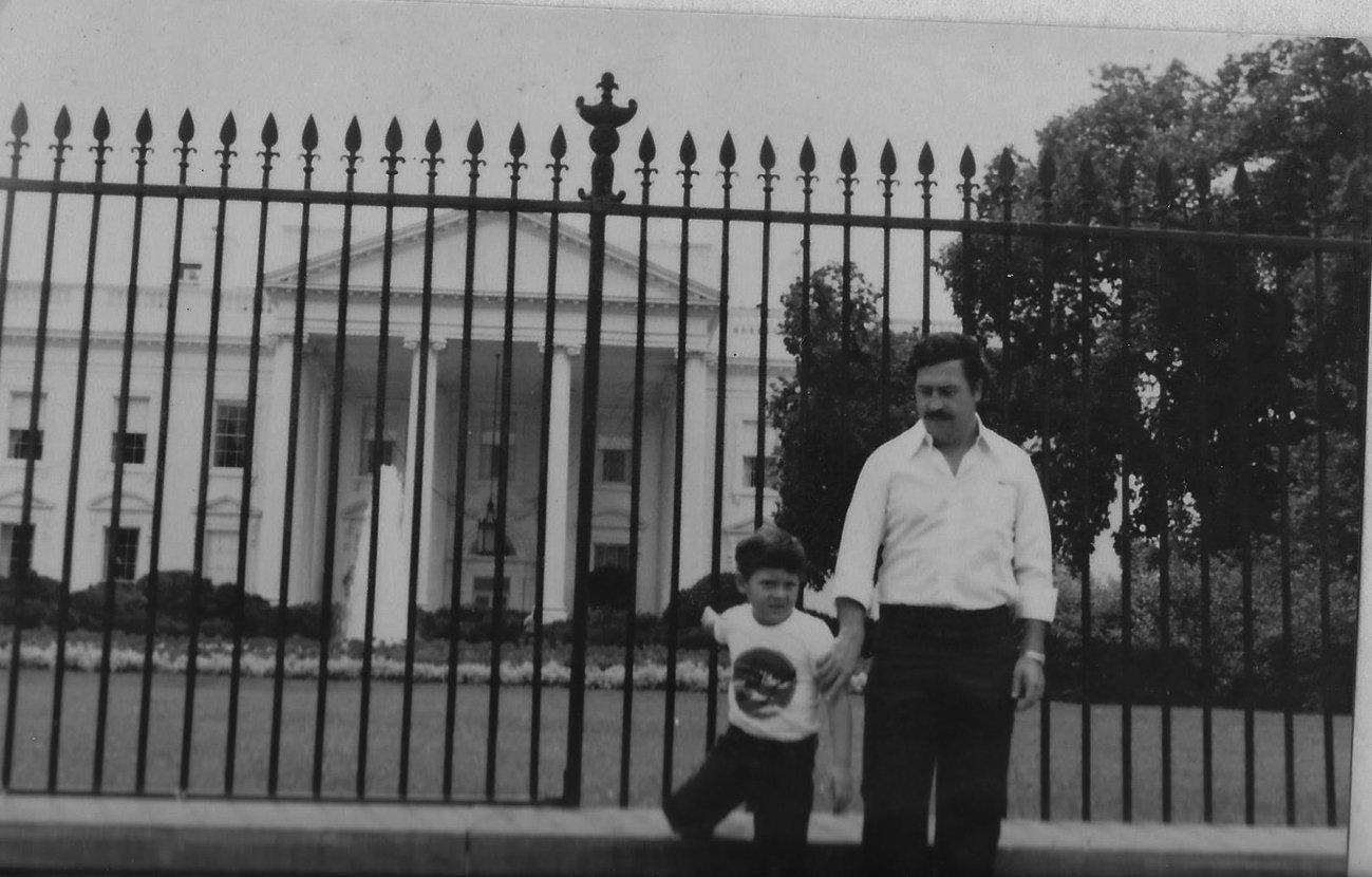 Pablo Escobar col figlio. Sullo sfondo la Casa Bianca