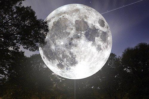 Occhi verso il cielo, la luna diventa un'opera d'arte