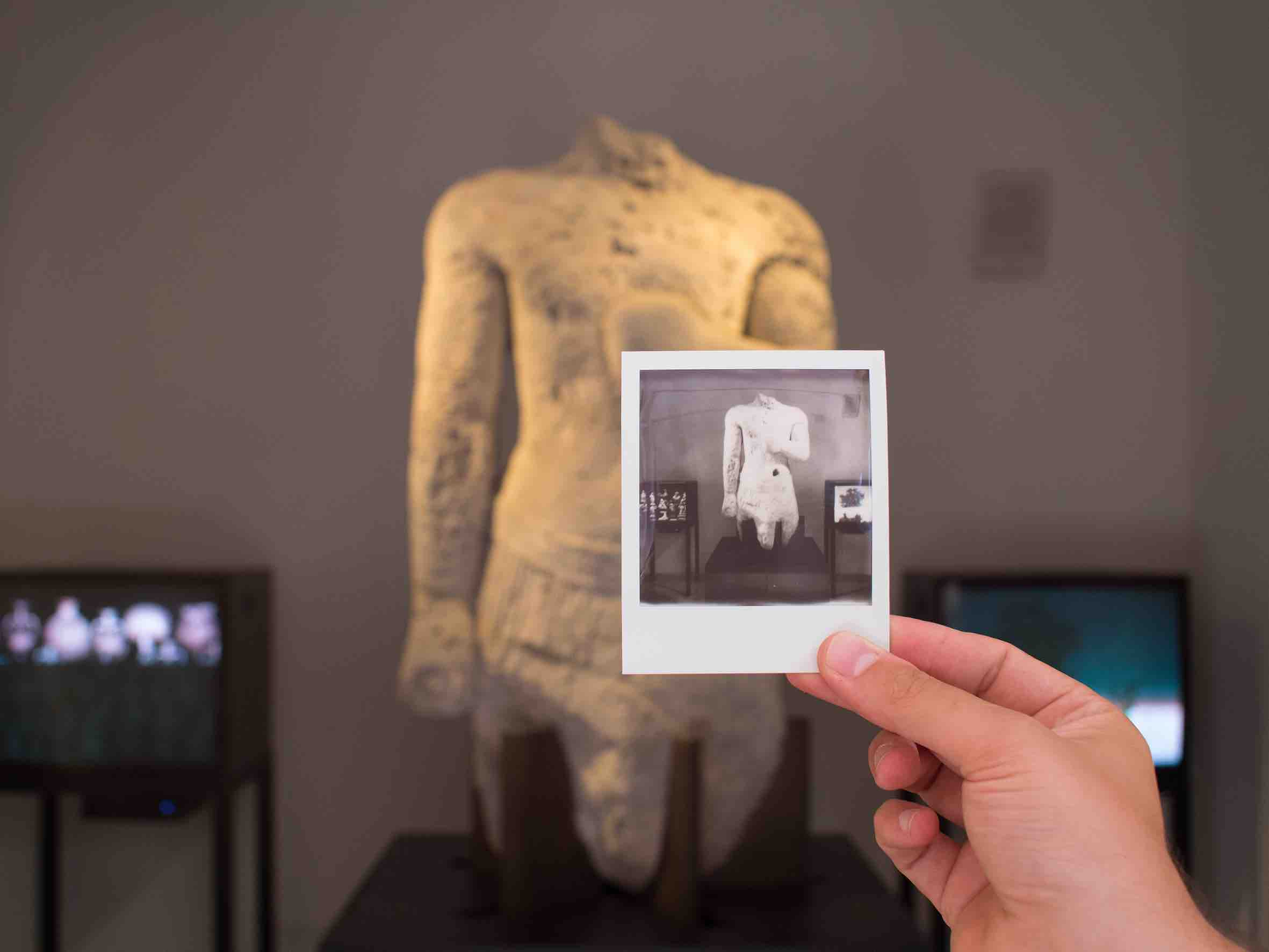 Marianna Christofides 01, 02 veduta dell'installazione video al Museo Salinas di Palermo nella sala del Torso dello Stagnone: sul monitor di sinistra: Here let me stand 2013 video HD a 1 canale HD, 29'29'', loop, muto, a colori, 4:3 Courtesy l'artista sul monitor di destra: Olymp's Sheds: Intermezzo 1 (Mythology Park) 2017 film in 16mm a un canale riversato su DVD, 6', loop, muto, a colori e in b/n, 4:3 Courtesy l'artista ph Costanza Arena e Roberto Salvaggio