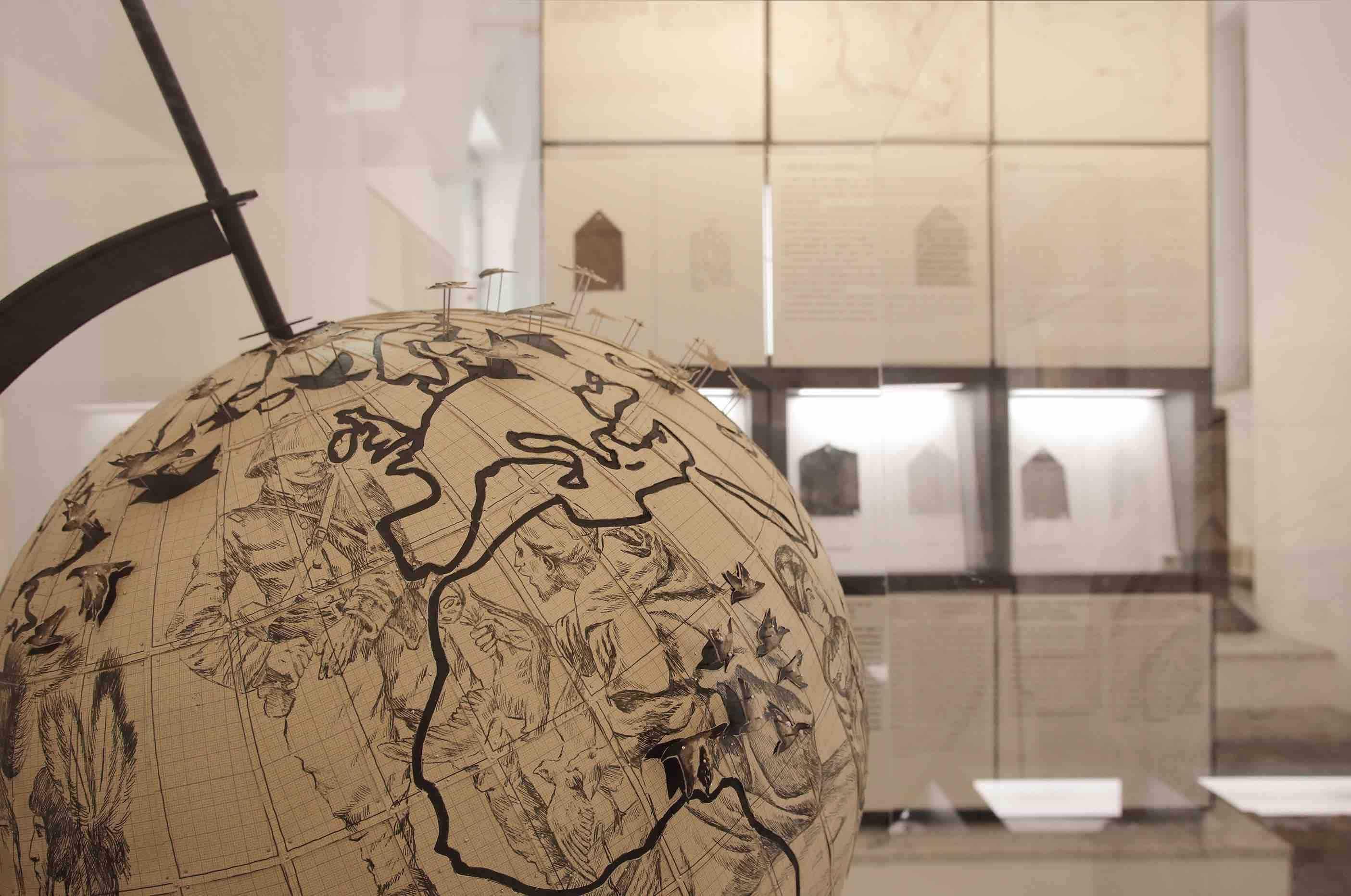 Pietro Ruffo 01, 02 Migration Globe 2017 cm 75x75x116 inchiostro e taglio su carta posato su tela veduta dell'installazione al Museo Salinas di Palermo Courtesy l'artista ph Fausto Brigantino