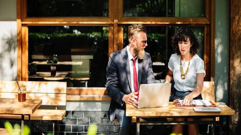 meeting con cliente, clienti lasciano agenzie SEO