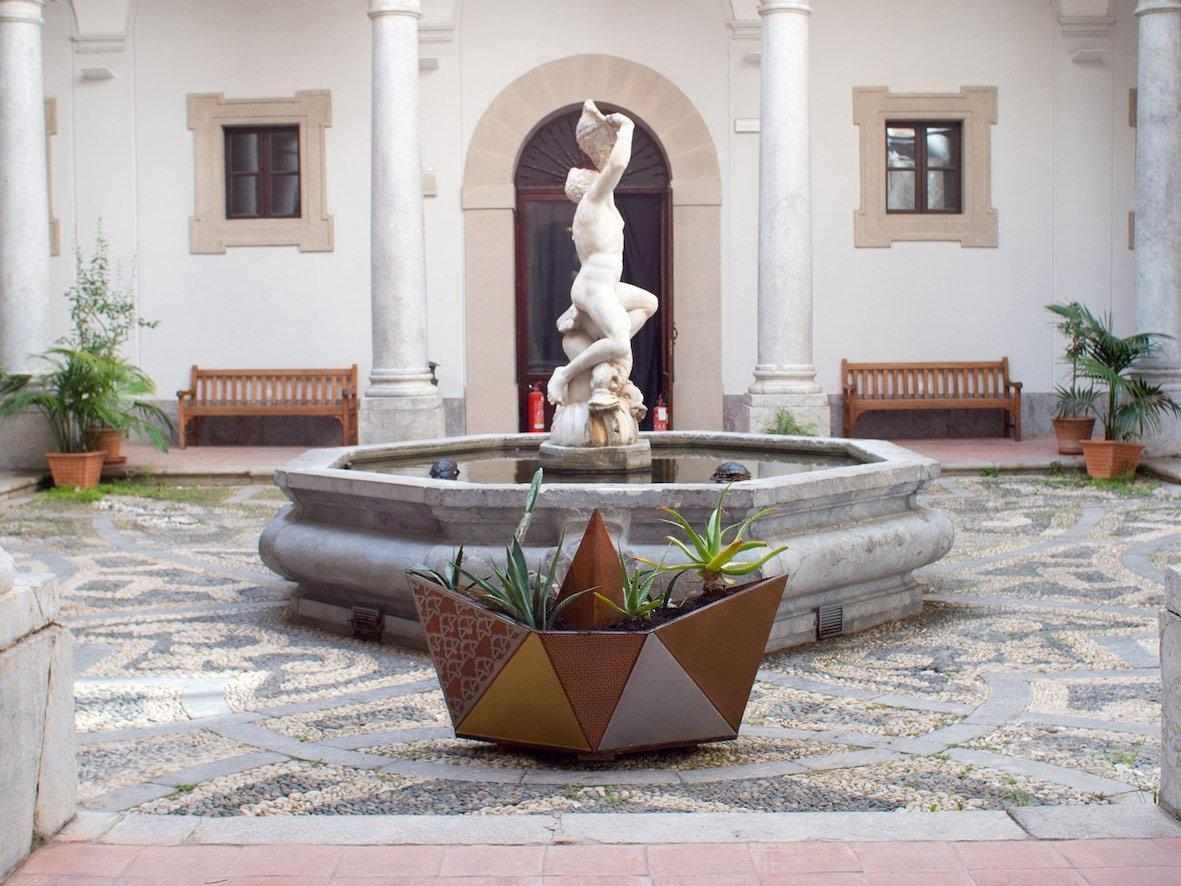 Sei artisti per un Viaggio in Sicilia: mappe e miti del Mediterraneo