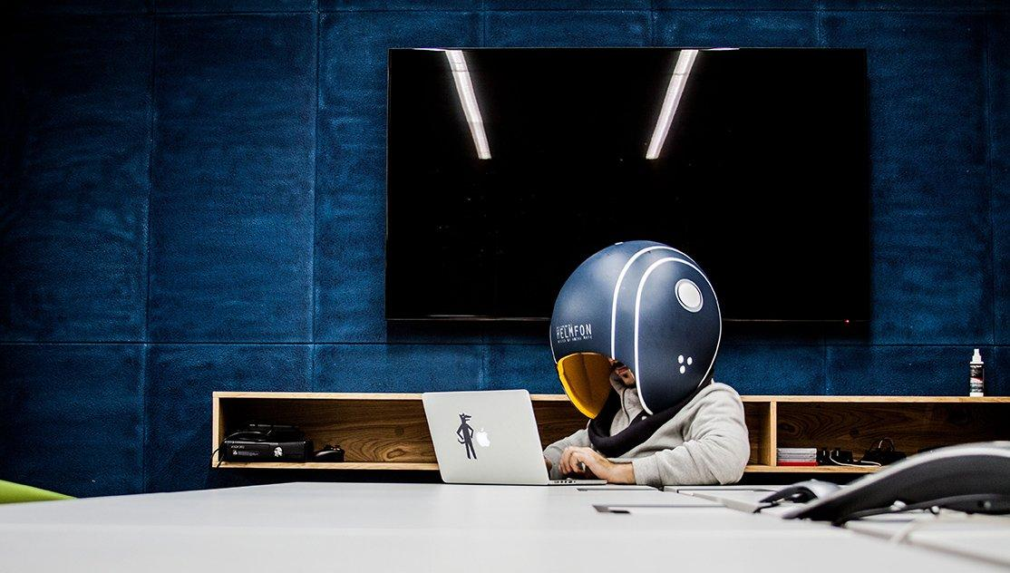 L'invenzione definitiva per chi lavora negli open space: un casco per isolarsi dai colleghi chiacchieroni
