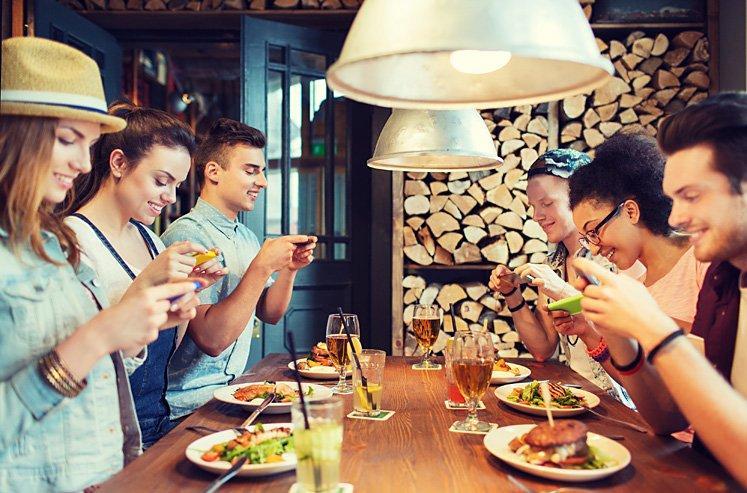 Così Instagram ci abitua a mangiare con gli occhi (e i ristoranti regalano kit per le foto)