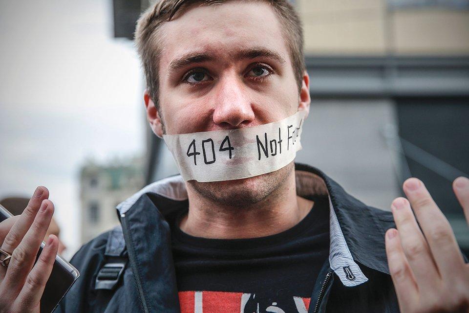 Davvero i governi manipolano i social?