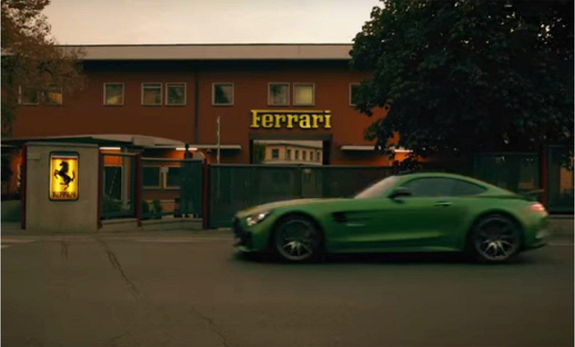 Il video omaggio (e sfottò): la Mercedes sfreccia in casa Ferrari