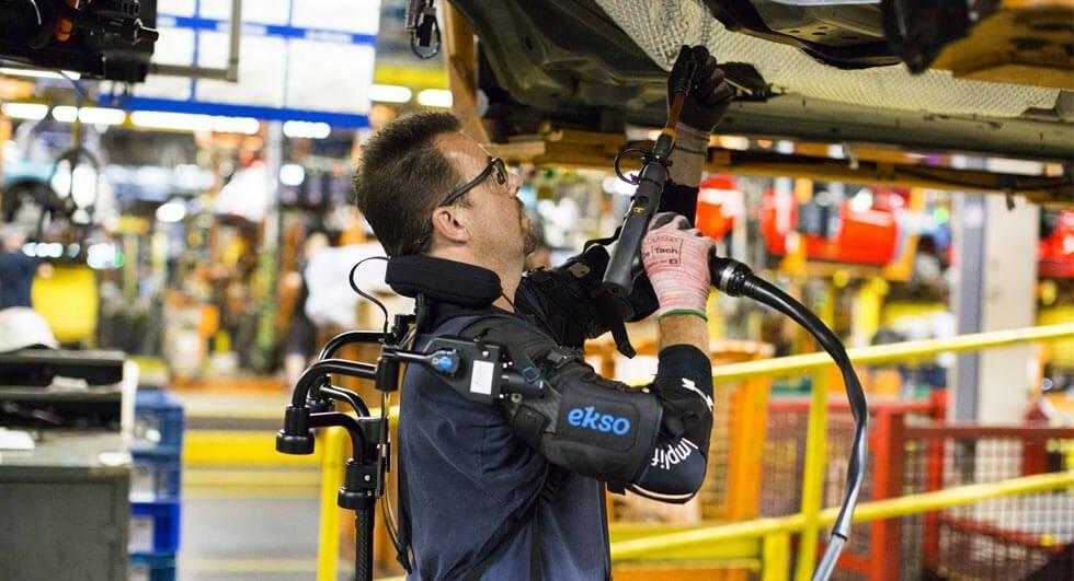 """Ford sta """"potenziando"""" i suoi dipendenti con pezzi robot"""