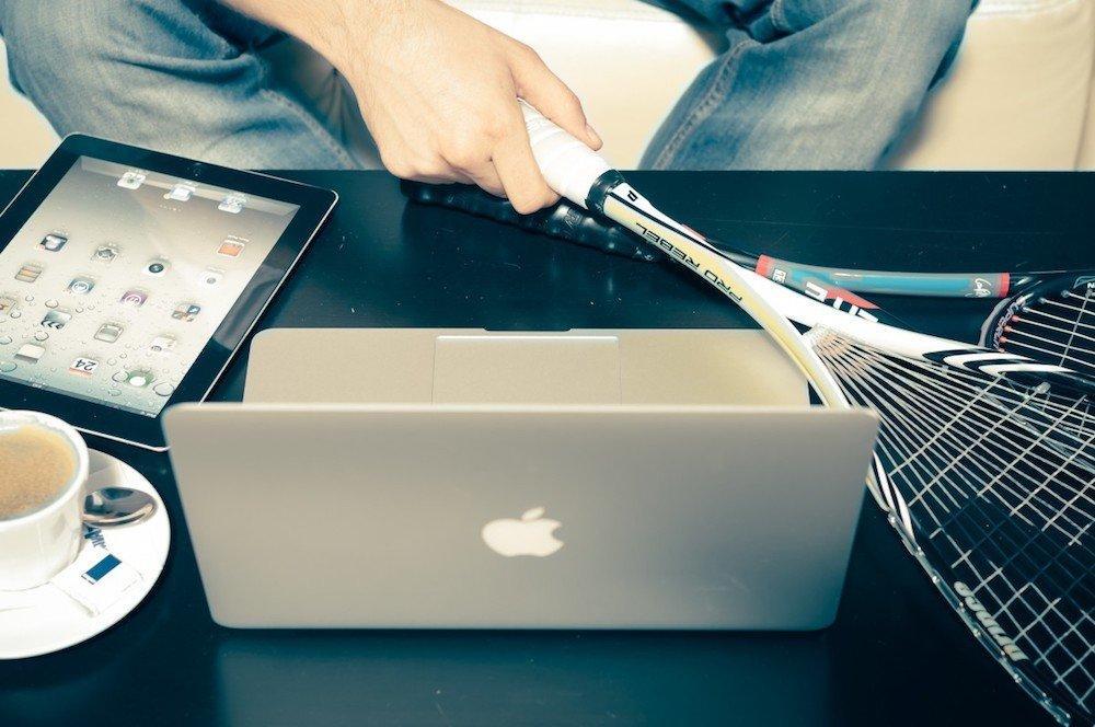 Passare il tempo libero dietro pc o smartphone rende infelici, dice uno studio
