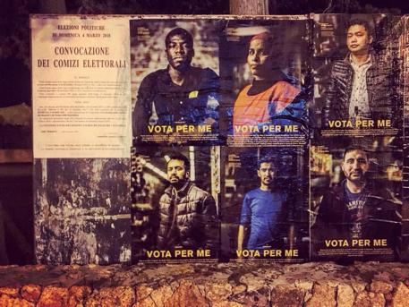 """""""Vota per me"""", dice il migrante. La provocazione di art guerrilla di un fotografo"""