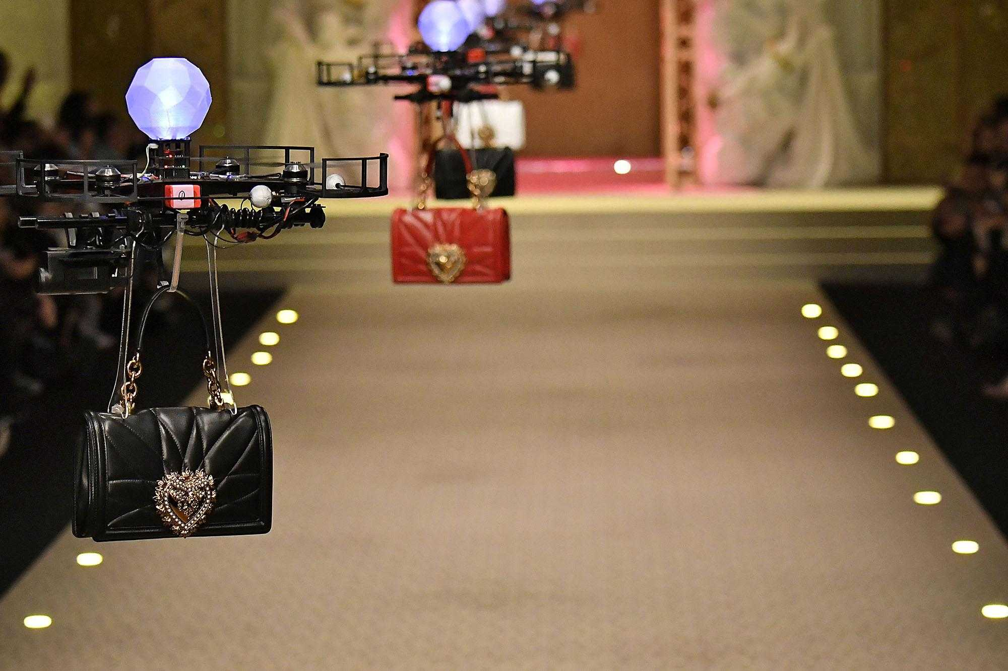 Dolce & Gabbana rottama le modelle e in passerella fa sfilare i droni