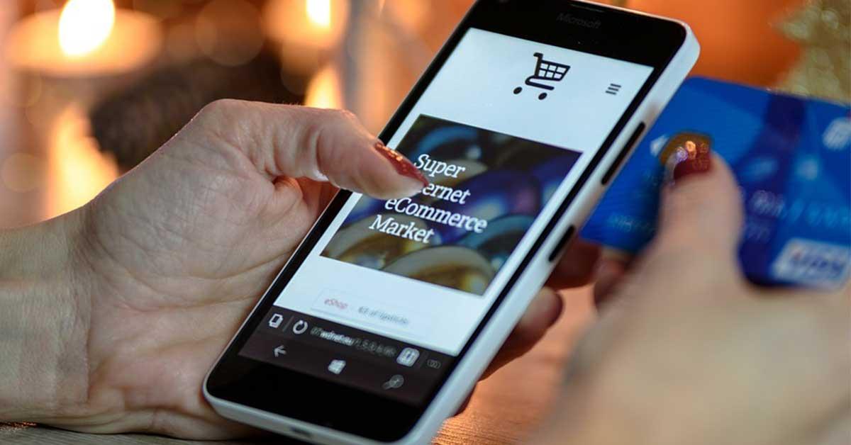 donna naviga un ecommerce da smartphone
