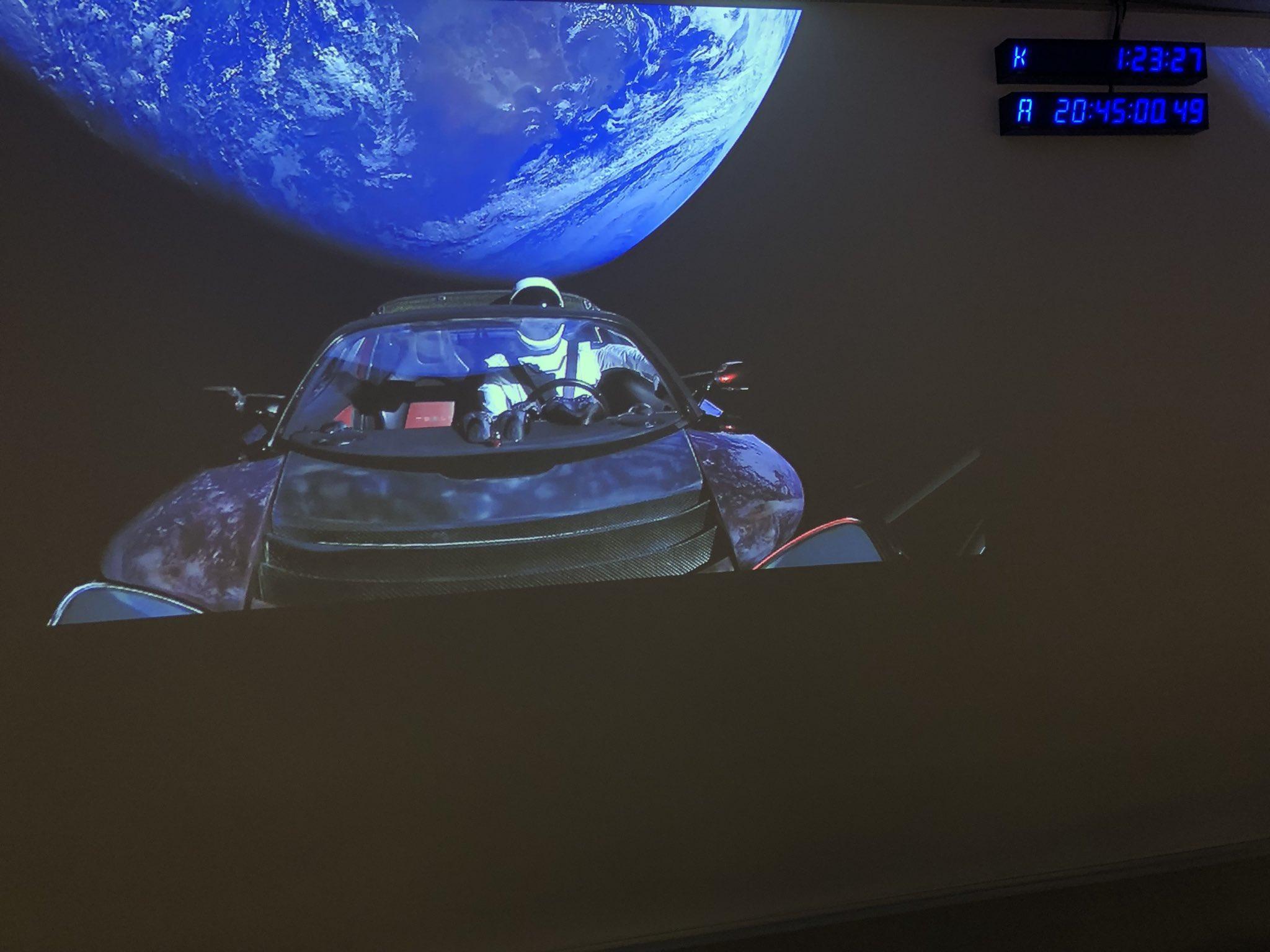 C'è un'automobile in orbita nello spazio. È la Tesla di Elon Musk