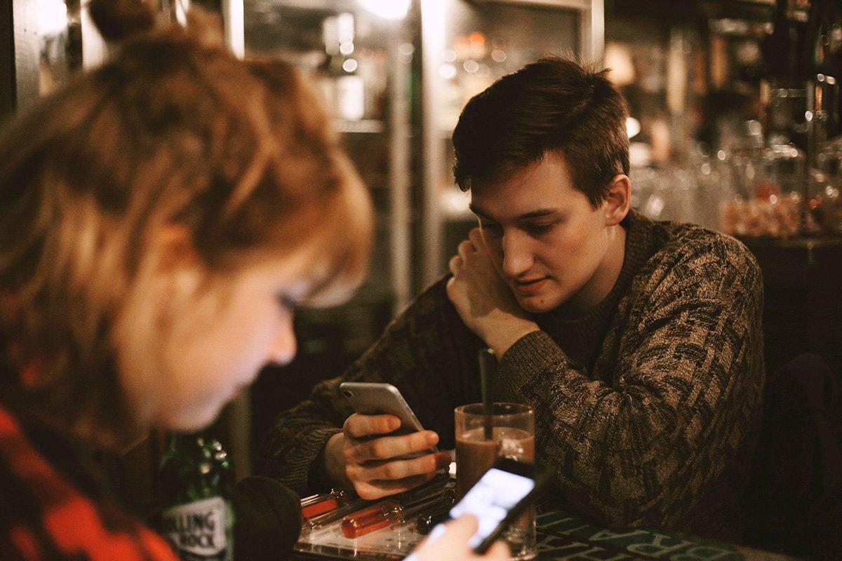 Amici cenano con smartphone