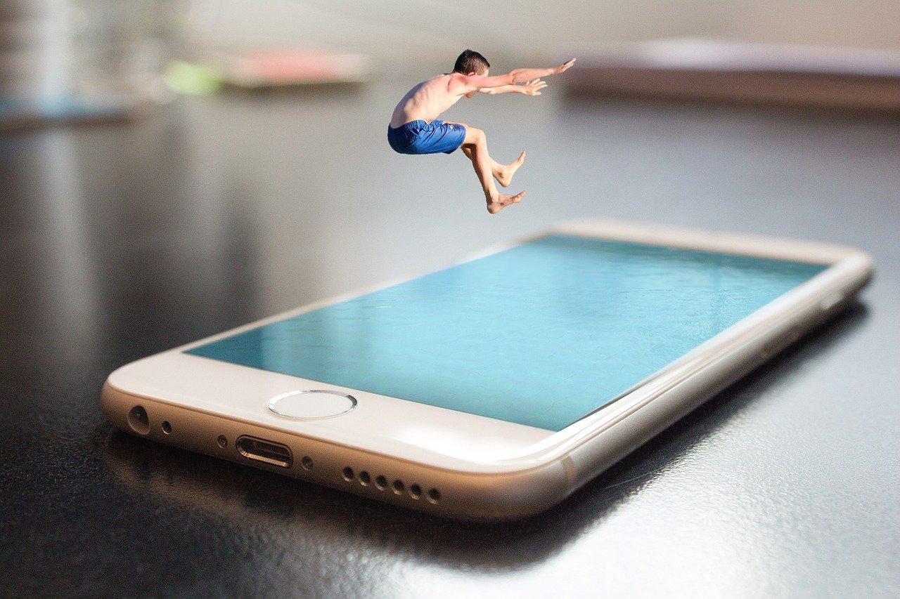 Apple progetta l'iPhone del futuro: avrà lo schermo che non si tocca e sarà curvo