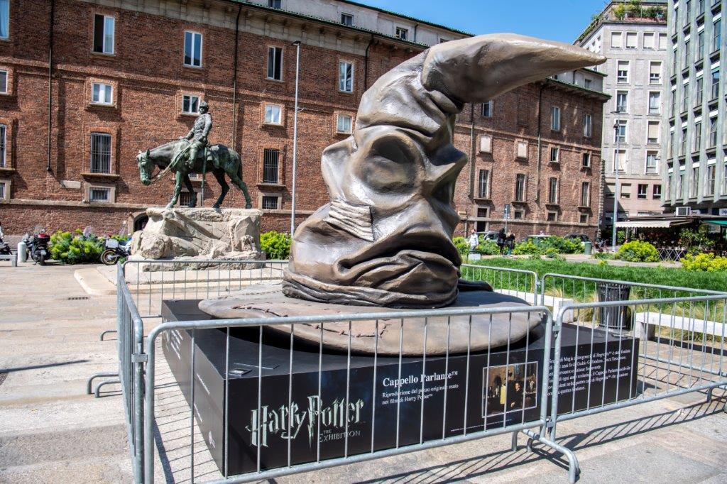 Ecco perché c'è un cappello parlante di Harry Potter gigante in Piazza Missori a Milano