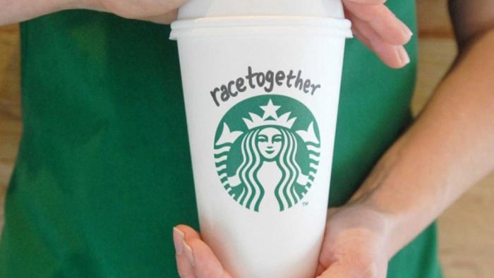 Starbucks corre ai ripari dopo le accuse di razzismo
