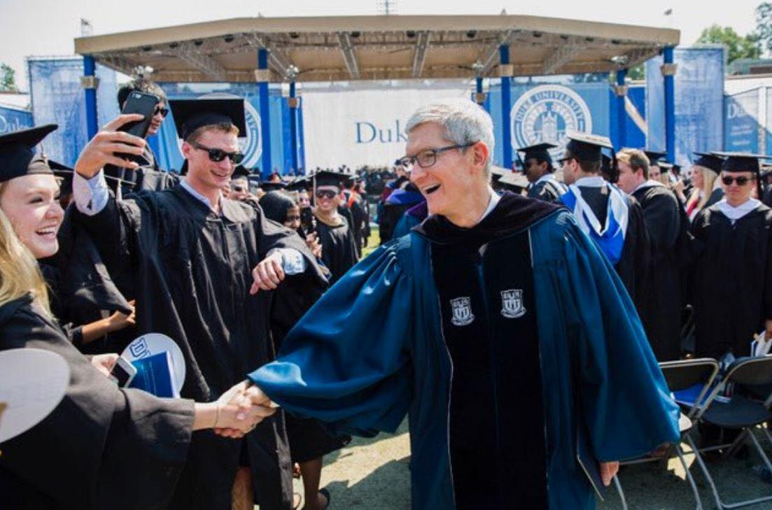 """Tim Cook ricorda Steve Jobs nel discorso agli studenti: """"Siate coraggiosi"""""""