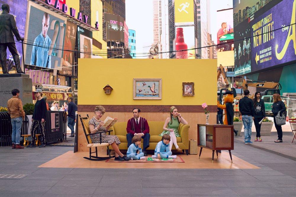 Il meraviglioso progetto di Justin Bettman che gira il mondo trasformando i passanti nei protagonisti delle sue foto