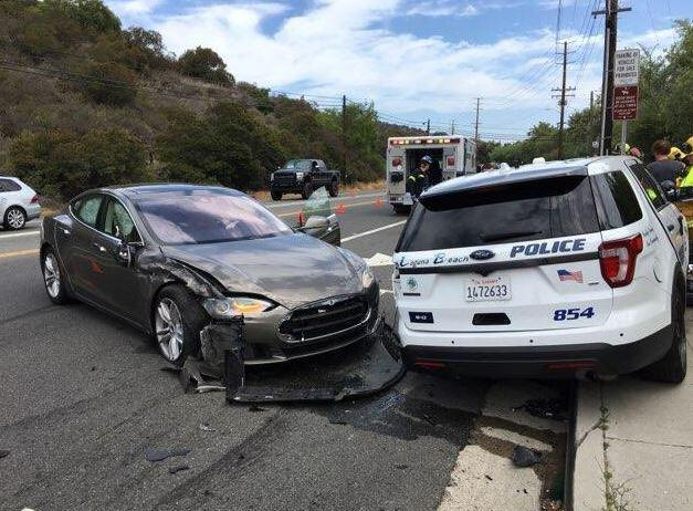 Una Tesla di Musk si schianta contro un SUV della polizia (e si torna a temere l'autopilota)