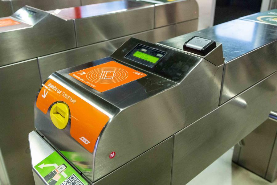 A Milano il metro si paga con la carta contacless. Ecco come