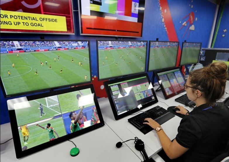 La tecnologia che aiuta gli arbitri (e che non vediamo) in campo ai Mondiali di calcio 2018
