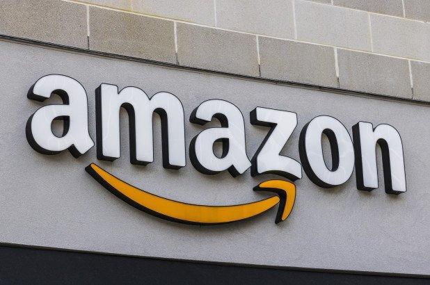 Il valore di mercato delle azioni Amazon raggiunge 900 miliardi (e ora minaccia la leadership di Apple)