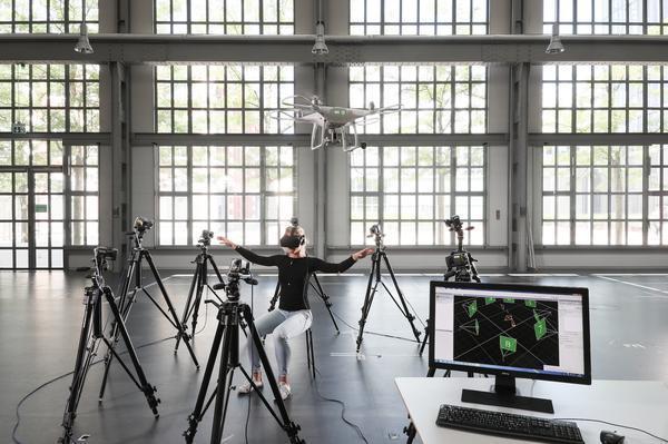 Addio joystick, i droni si guideranno direttamente con il corpo