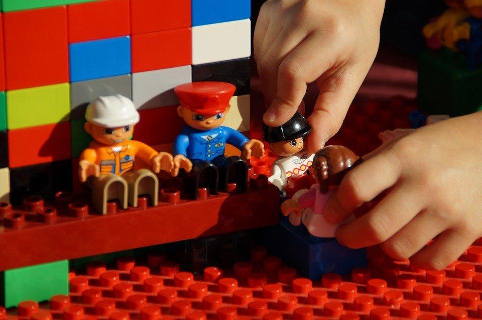 Mentre il mondo discute sulla parità di genere, i bambini trovano la soluzione giocando con le bambole