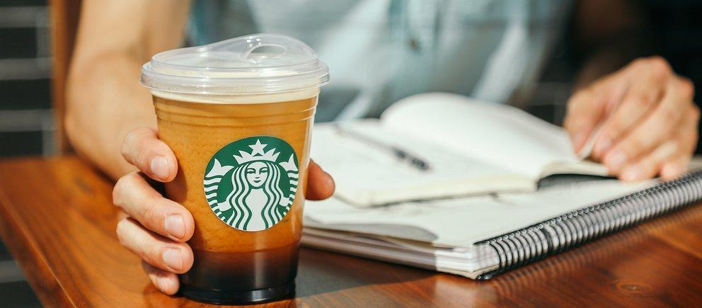 Ecco come berremo il caffè di Starbucks, senza cannucce di plastica