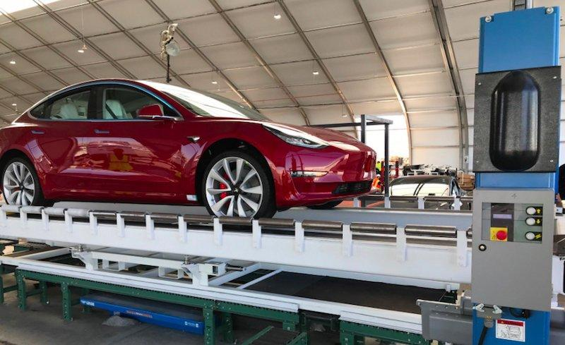 Elon Musk ti porta la Tesla a casa gratis e mobilita anche i volontari