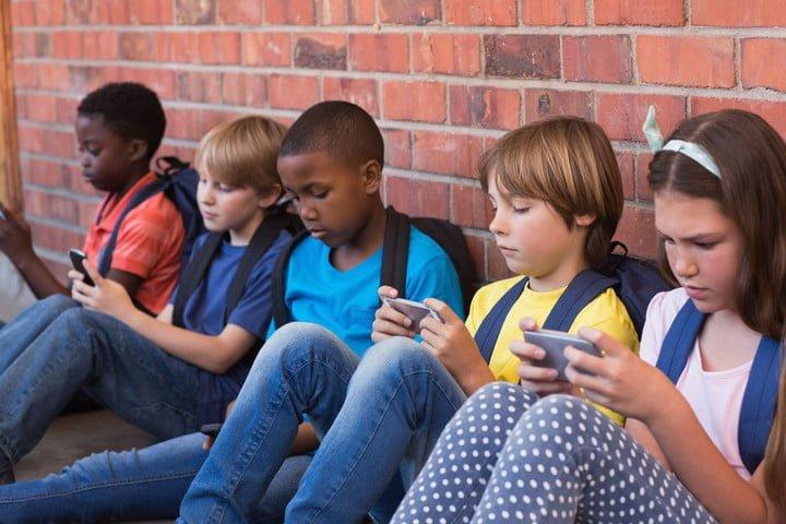 In Francia approvata una legge che vieta l'uso degli smartphone nelle scuole