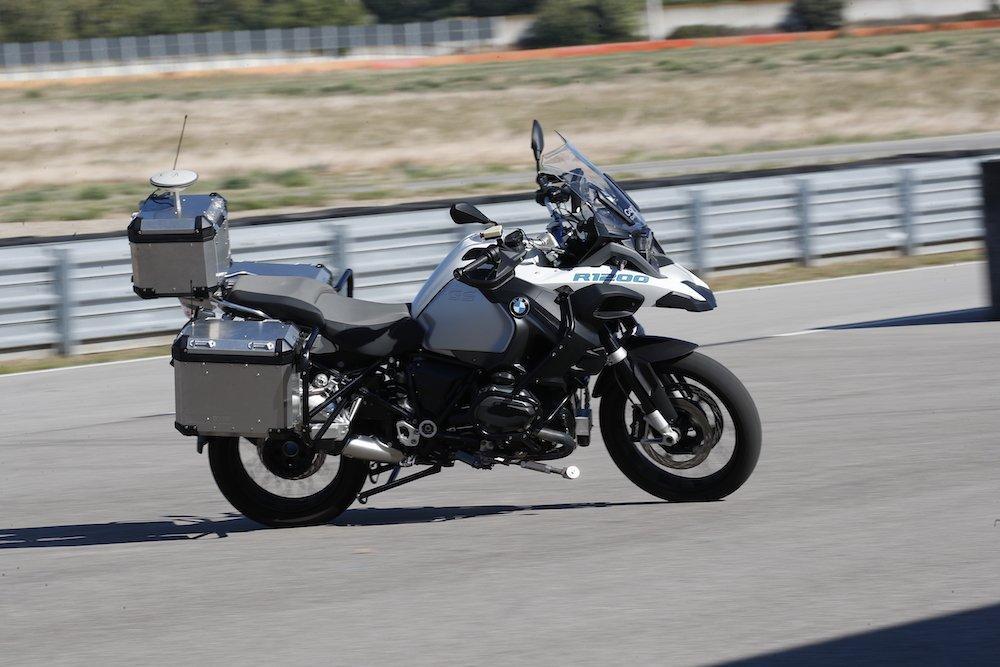VIDEO La moto BMW che si guida da sola: ecco la prova in pista