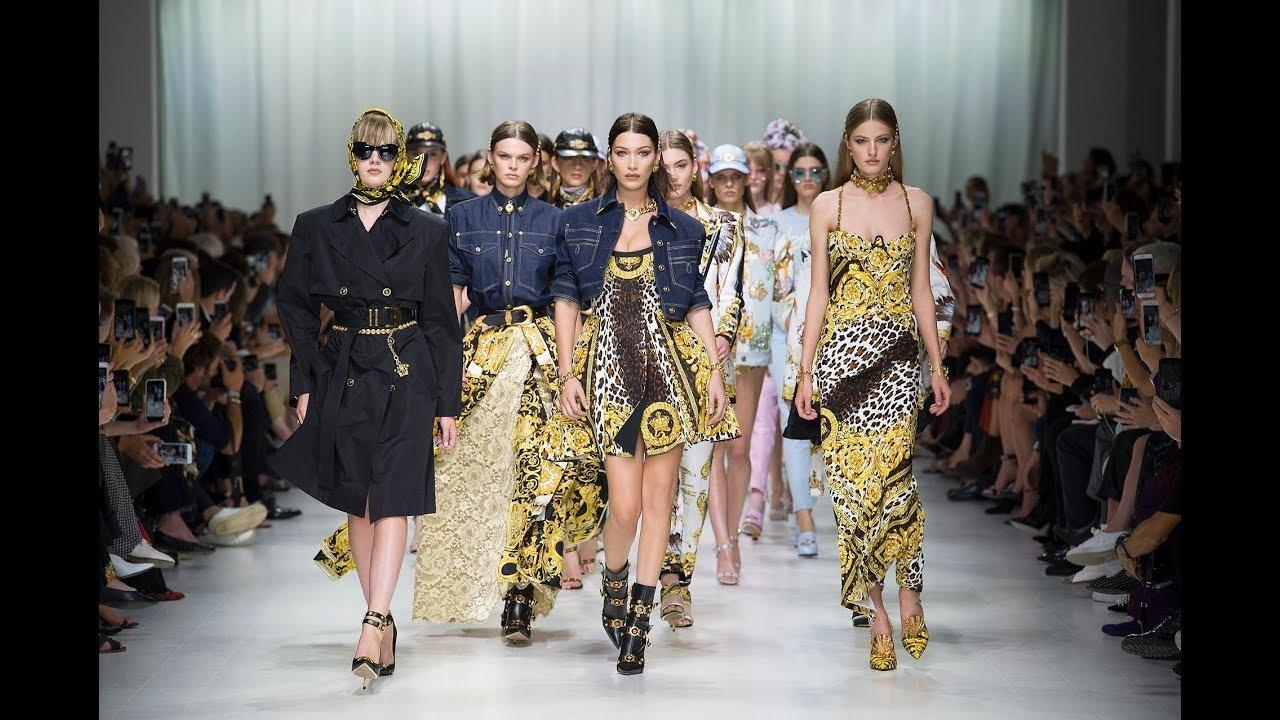 Versace va agli americani (per quasi 2 miliardi). Chi è il nuovo proprietario
