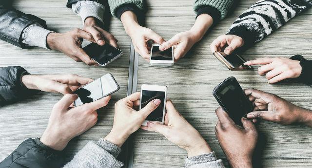 Gli adolescenti sono iperconnessi e preferiscono chattare, lo dice un report