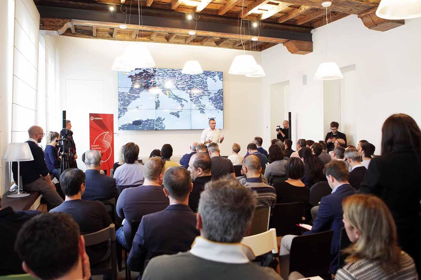 Vodafone presenta una rete che si auto-aggiorna con AI e Big Data