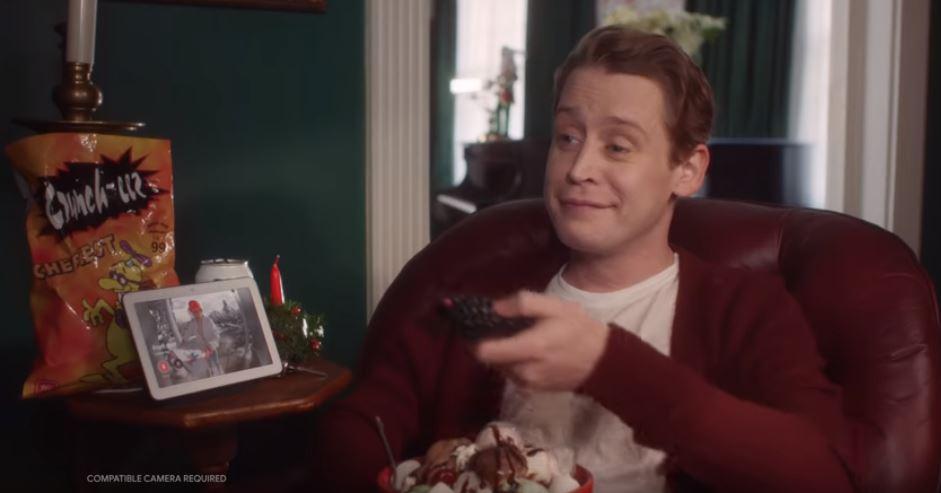 Macaulay Culkin ha ri-perso l'aereo, ma questa volta lo aiuta Google (in una pubblicità)