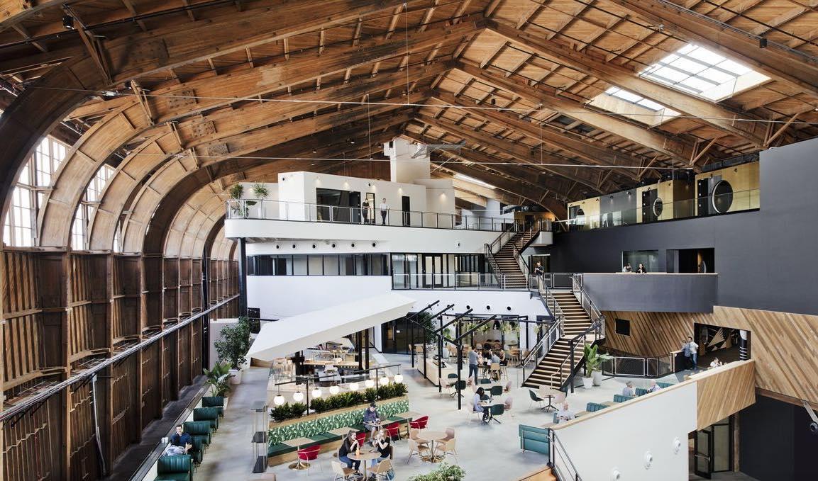 Google ha convertito un vecchio hangar di Los Angeles nei suoi nuovi uffici