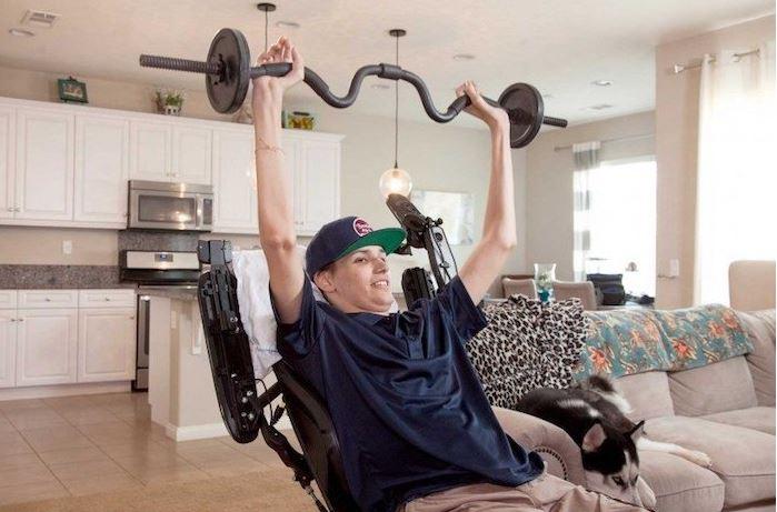 Kris, paralizzato dal collo in giù, può di nuovo muovere le braccia grazie alle cellule staminali