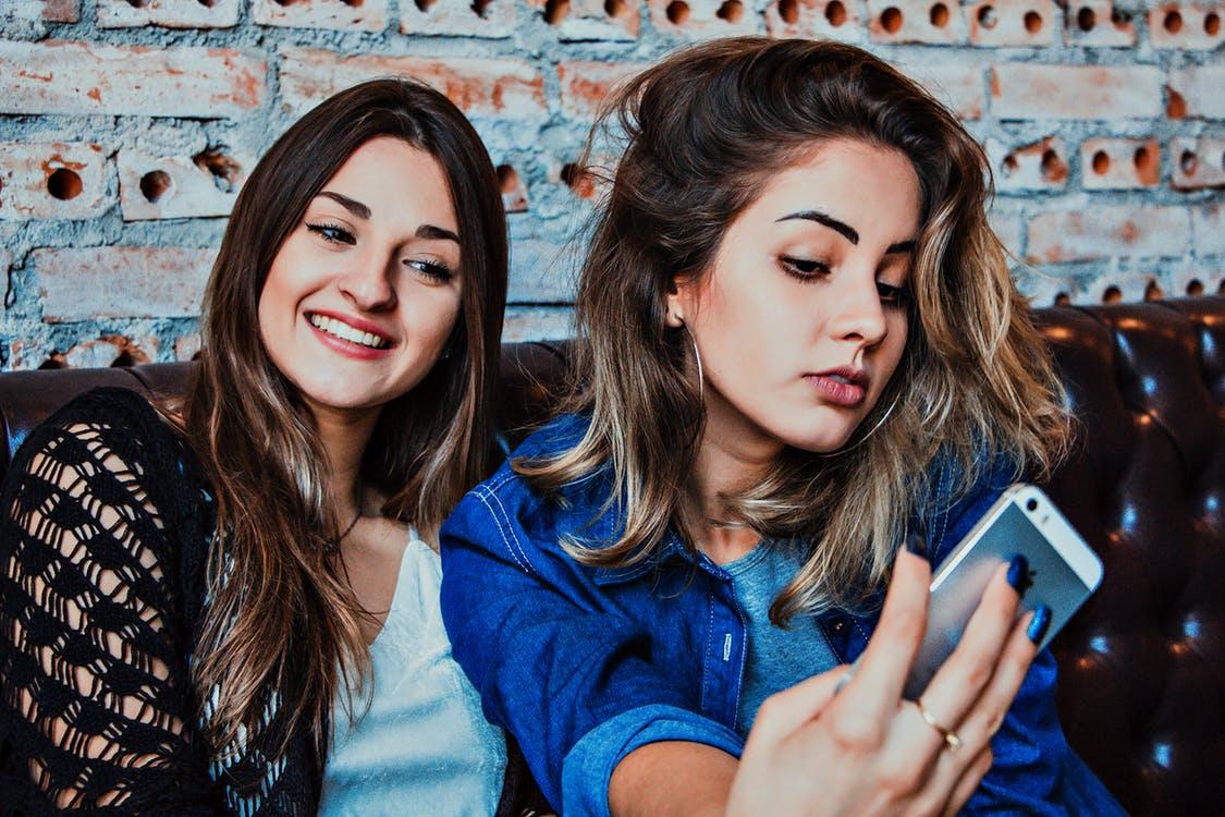 Perché i social media possono far calare l'autostima negli adolescenti