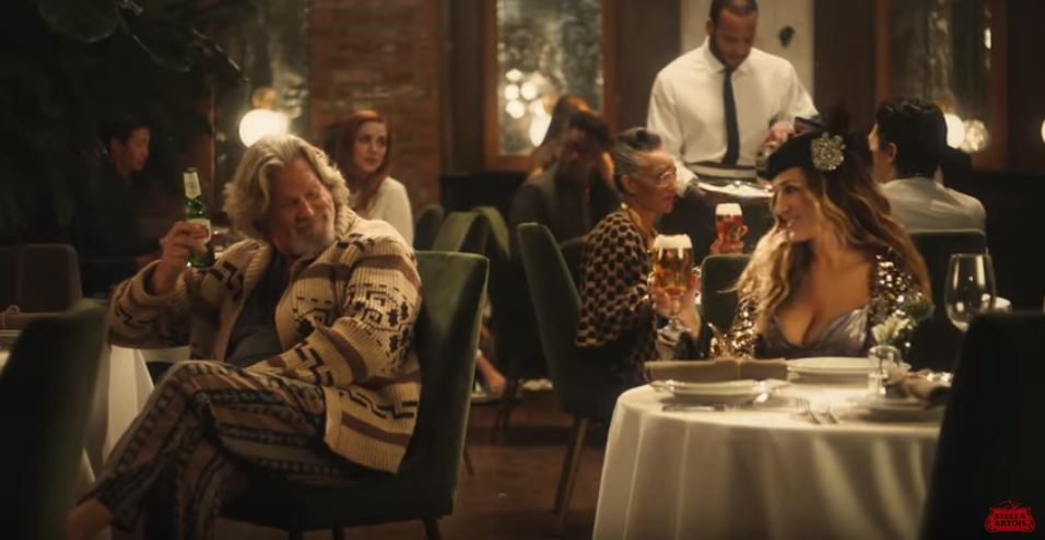 "Il Drugo de ""Il grande Lebowski"" insieme a Carrie di Sex and the City per lo spot di Stella Artois al Super Bowl"