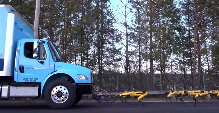 10 cani robot riescono a trainare un TIR nel parcheggio di Boston Dynamics