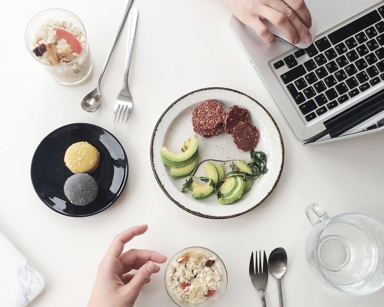 Food delivery anche a lavoro: ecco cosa sceglie chi ordina il pranzo con i colleghi