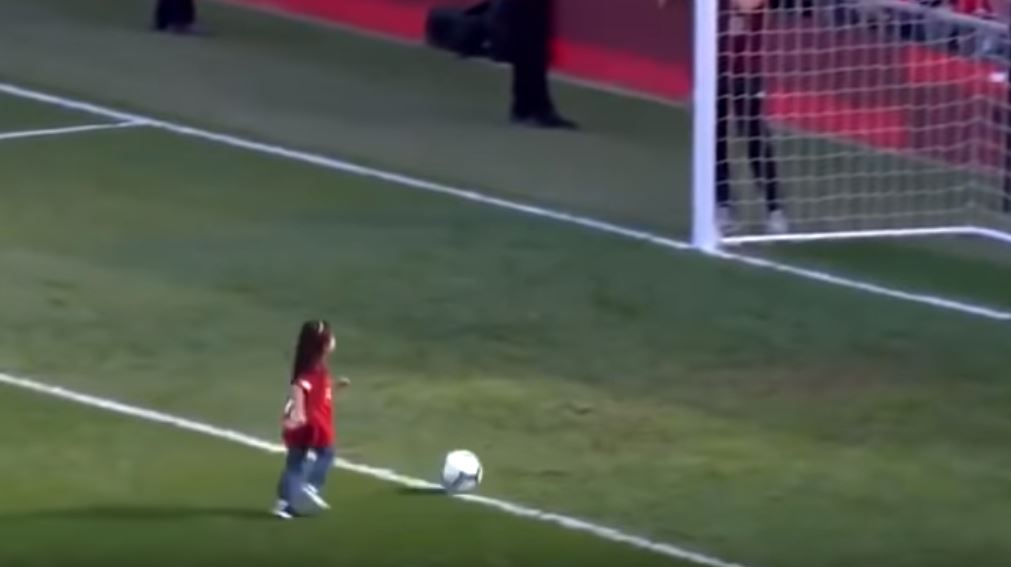 Meglio degli spot di Adidas e Nike: la figlia di Salah ruba il pallone e segna nello stadio pieno