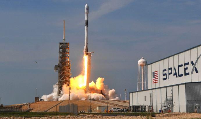 SpaceX lancia il primo dei suoi satelliti per portare Internet nello Spazio