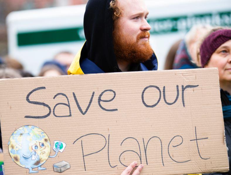 Abiti in fibra di alghe, carne vegetale e droni elettrici: così la tecnologia può aiutarci a salvare il pianeta