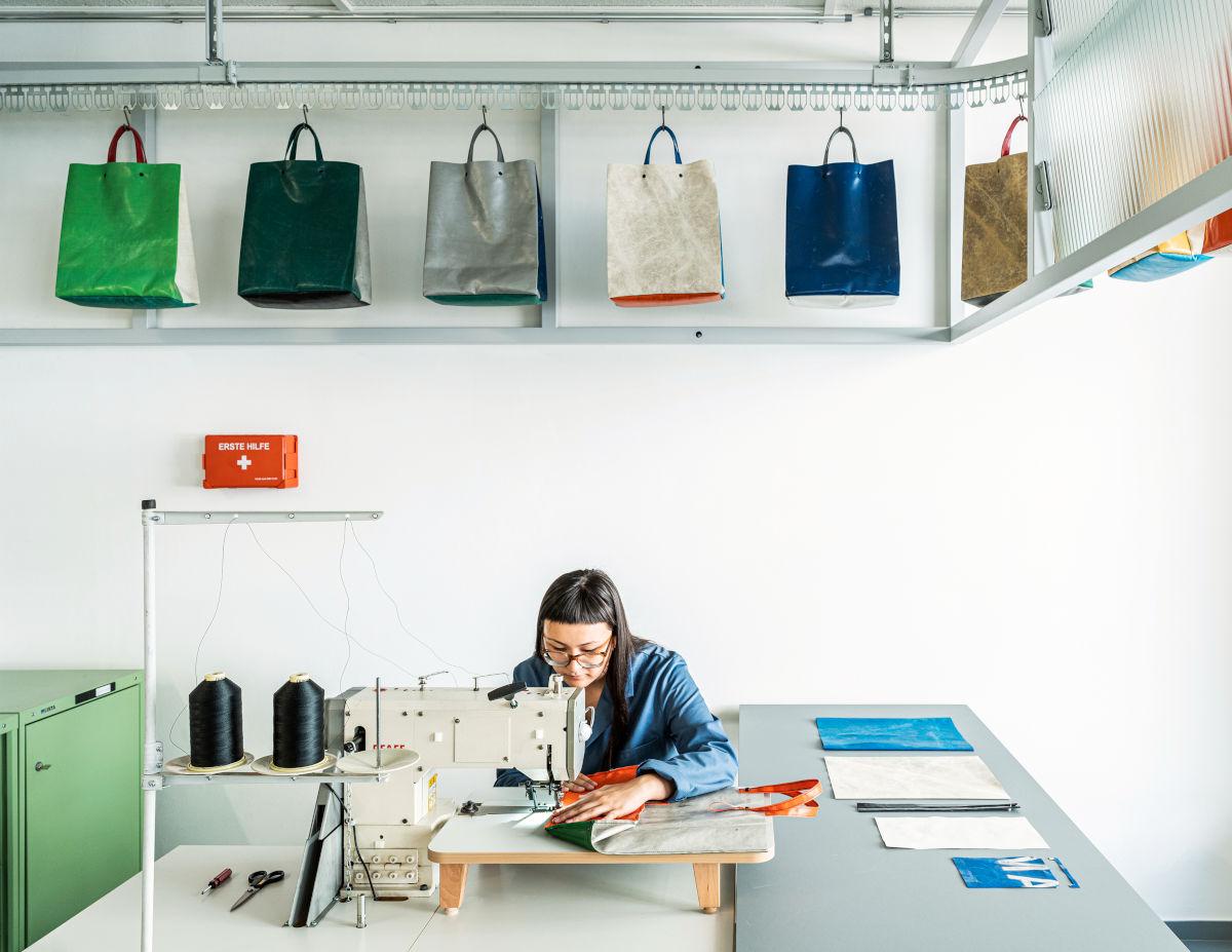 Cucitura e rivettatura Freitag Shop-Crew