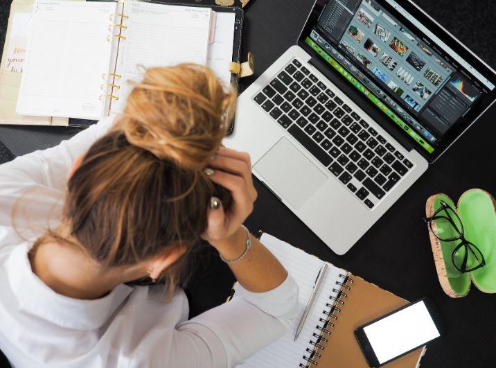 Lavorare anche in ferie e non staccare mai? Si chiama Workcation, ma si può superare