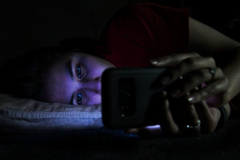 dormire con il cellulare, smartphone sotto cuscino