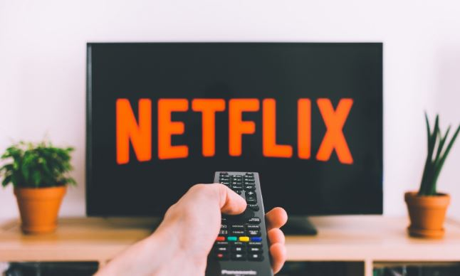 È davvero crisi per Netflix o il pioniere dello streaming ha ancora delle carte da giocare?