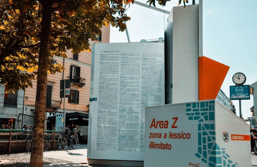 Un vocabolario gigante nelle piazze italiane: è l'ultima campagna di Zanichelli per salvare le parole